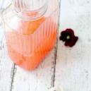Zumo refrescante vitaminico de limón y fresones